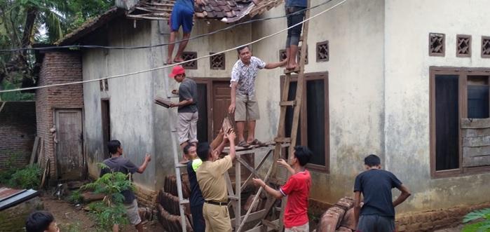 1-unit-rumah-permanen-rusak-ringan-di-akibatkan-hujan-dan-angin-kencang-di-kecamatan-gunung-sari