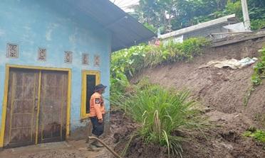 curah-hujan-yang-tinggi-menyebabkan-kondisi-tanah-longsor-mengenai-rumah-di-kec-mancak