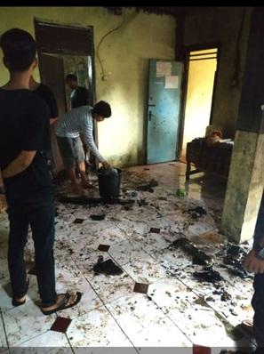 di-sebabkan-korsleting-listrik-yang-mengakibatkan-seisi-rumah-terbakar-di-kecamatan-padarincang