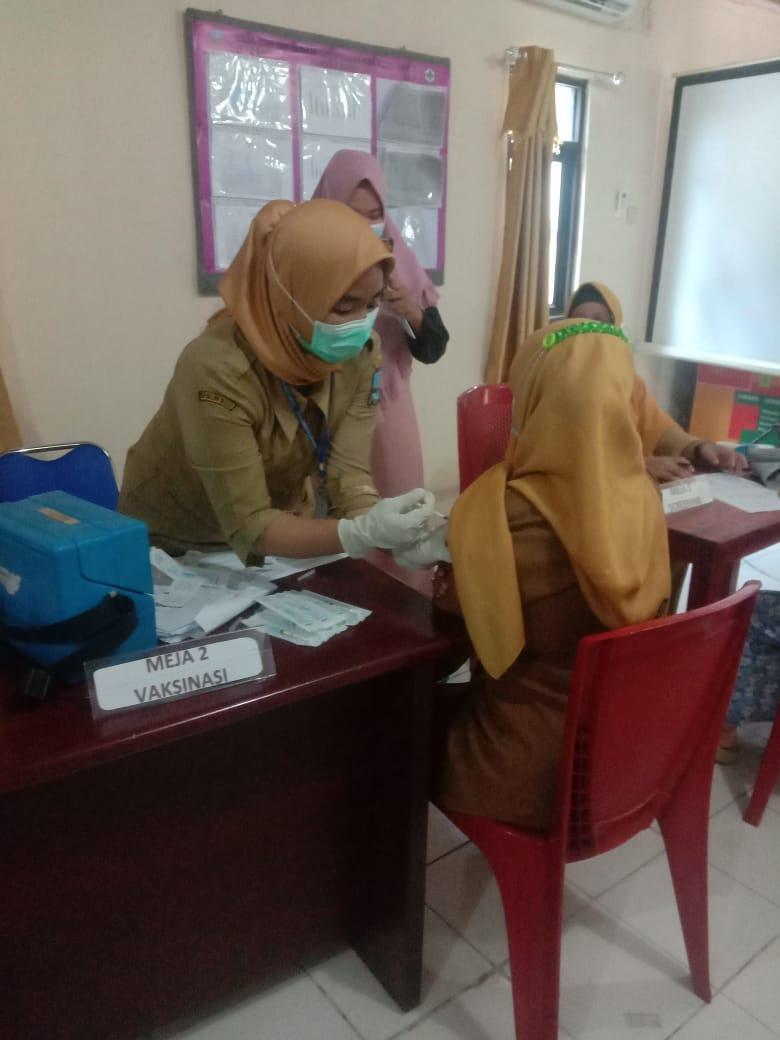 guru-smp-mts-dan-lansia-kecamatan-puloampel-ikuti-program-vaksinasi-covid-tahap-ii