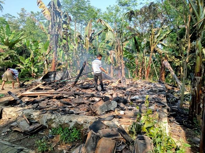 kebakaran-mengakibatkan-1-unit-rumah-terbakar-hangus-rusak-berat