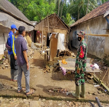 kejadian-rumah-roboh-di-akibat-kan-cuaca-ekstrim-di-kecamatan-tanara