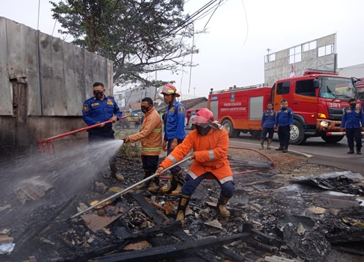 korsleting-listrik-yang-menimbulkan-kebakaran-sebuah-warung-di-ds-ranjengkecamatan-ciruas