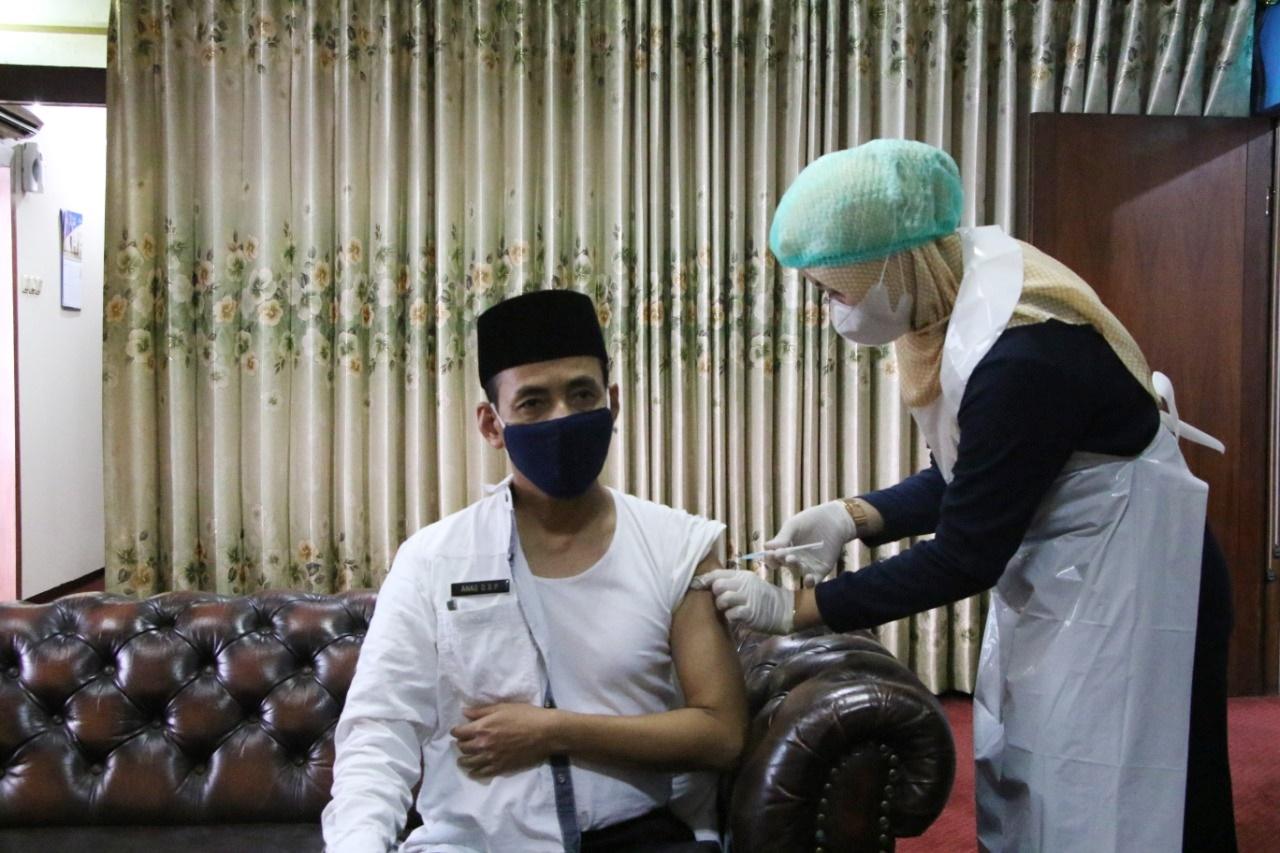 puluhan-pejabat-pemkab-serang-di-suntik-vaksin-hasilnya-tak-ada-kipi