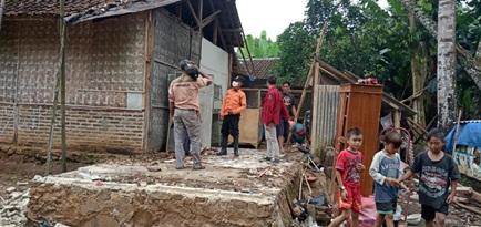 terjadi-hujan-lebat-dan-angin-kencang-di-wilayah-cinangka-dan-sekitarnya-mengakibatkan-2-rumah-warga-roboh