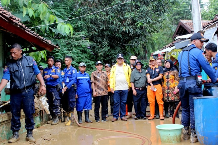 tinjau-lokasi-banjir-wabup-pandji-fokus-penyelamatan-korban-jiwa